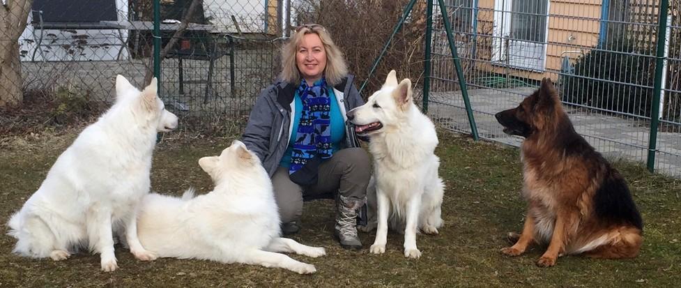 Brigitte Mayinger und Ihre vier Hunde.
